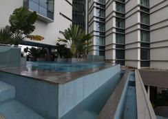 班加羅爾澤瑞酒店 - 邦加羅爾 - 班加羅爾 - 游泳池
