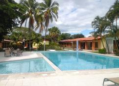 Las Espuelas Hotel - ไลบีเรีย - สระว่ายน้ำ