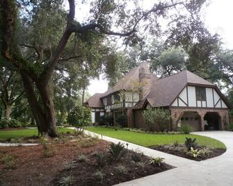 Tudor Oaks Inn - Summerville - Gebouw