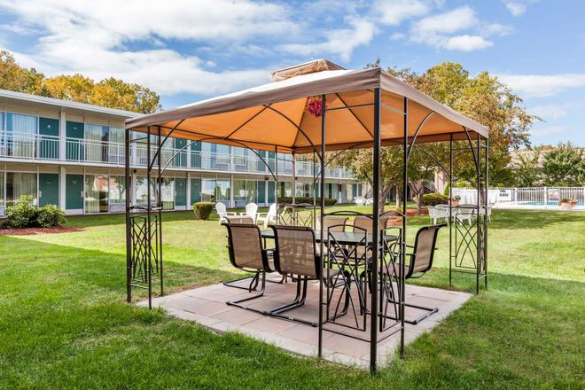 Howard Johnson by Wyndham, Albany - Albany - Patio