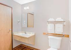 Super 8 by Wyndham Green Bay Near Stadium - Green Bay - Bathroom