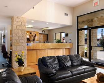 Days Inn & Suites by Wyndham Llano - Llano - Рецепція