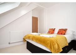 Stylish, Vibrant Penthouse For 4 & Free Parking! - York - Bedroom