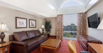 Howard Johnson by Wyndham Anaheim Hotel & Water Playground - Anaheim - Living room