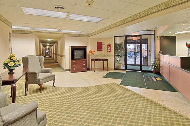 Days Inn by Wyndham Cleveland Lakewood - Cleveland - Lobby