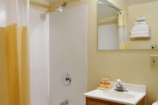 Days Inn by Wyndham Cleveland Lakewood - Cleveland - Bathroom