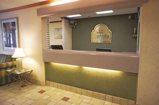 La Quinta Inn & Suites by Wyndham El Paso West Bartlett - El Paso - Front desk