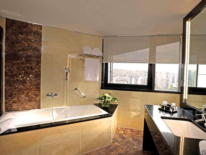 Novotel Sarajevo Bristol - Sarajevo - Bathroom