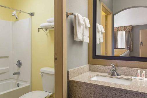 Baymont by Wyndham Mobile/Tillmans Corner - Mobile - Bathroom