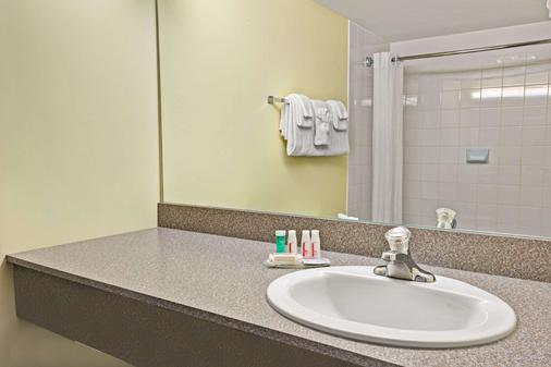 Super 8 by Wyndham Barrie - Barrie - Bathroom