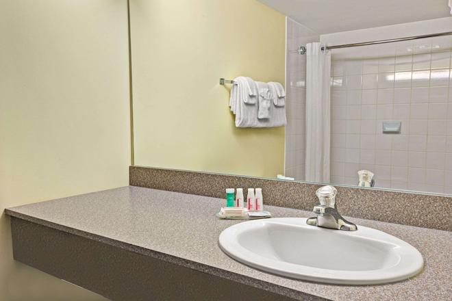 Super 8 by Wyndham Barrie - Barrie - Bathroom