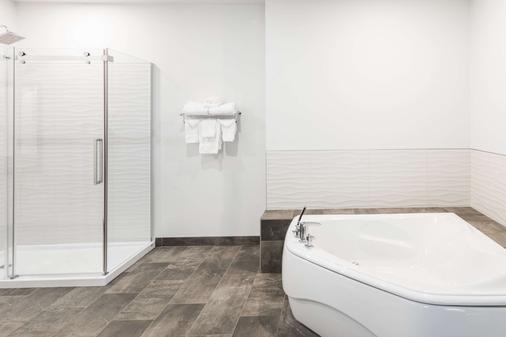 Ramada by Wyndham Revelstoke - Revelstoke - Phòng tắm