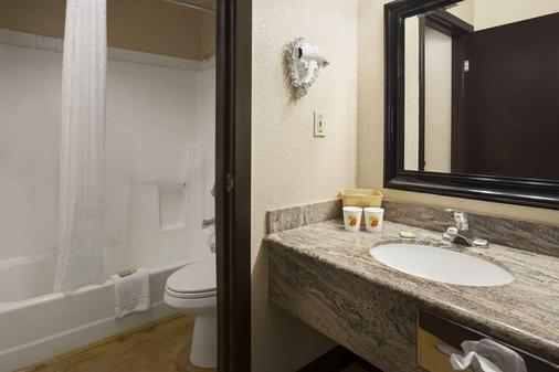 Super 8 by Wyndham Austin University/Downtown Area - Austin - Bathroom