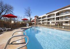 Super 8 by Wyndham Austin University/Downtown Area - Austin - Pool