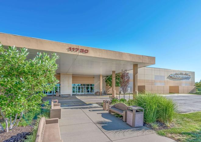 Super 8 by Wyndham Kansas City at Barry Road/Airport - Kansas City - Building