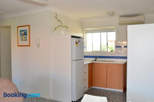 Arlia Sands Apartments - Hervey Bay - Kitchen