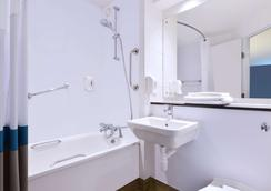 Travelodge London City Airport - London - Bathroom