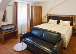 Hotel Restaurant Goldener Engel - Heppenheim - Bedroom