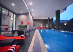 Favehotel - Pantai Losari Makassar - Makassar - Zwembad