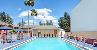 Howard Johnson by Wyndham Ft. Myers FL - Fort Myers - Pool