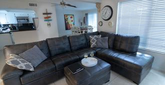 Sunny Fort Lauderdale Home /Tiki Hut /Heated Pool - Fort Lauderdale - Wohnzimmer