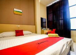 RedDoorz near Pasar Tarapung Siring Banjarmasin - Banjarmasin - Schlafzimmer