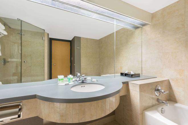 Ramada Plaza by Wyndham Prince George - Prince George - Bathroom