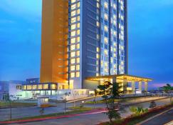 Aston Banua Banjarmasin Hotel & Convention Center - Banjarmasin - Building
