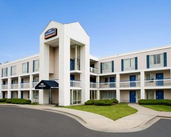 Travelodge by Wyndham Lansing IL - Lansing - Building
