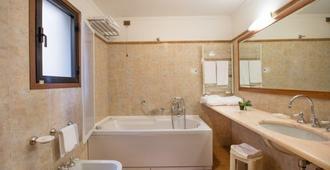 Strozzi Palace Hotel - Florence - Bathroom