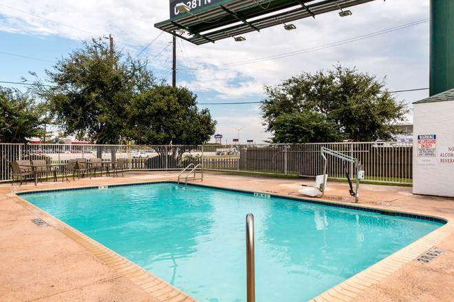 Motel 6 San Antonio South - San Antonio - Pool