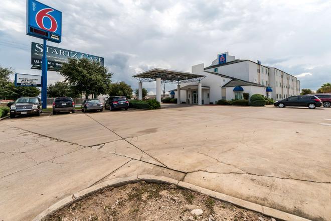 Motel 6 San Antonio South - San Antonio - Building