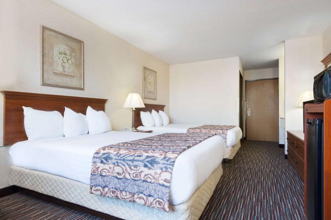 Baymont by Wyndham Columbus/Rickenbacker - Columbus - Bedroom