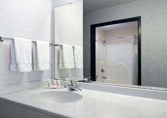 Baymont by Wyndham Columbus/Rickenbacker - Columbus - Bathroom