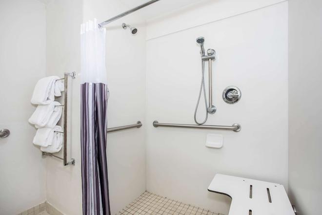 La Quinta Inn & Suites by Wyndham Melbourne Viera - Melbourne - Baño