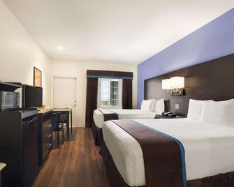 Days Inn & Suites by Wyndham Galveston West/Seawall - Galveston - Bedroom