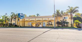 Colonial Pool and Spa Motel - Long Beach - Building