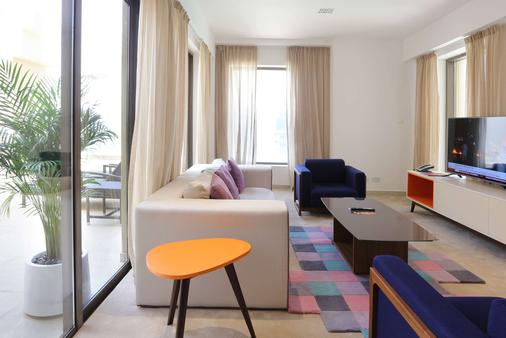 Ramada Hotel and Suites by Wyndham Dubai JBR - Dubai - Living room
