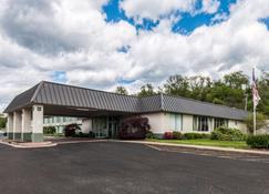 Suburban Extended Stay Hotel - Fairmont - Building