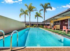Comfort Inn & Suites Manhattan - Adelaide - Piscina