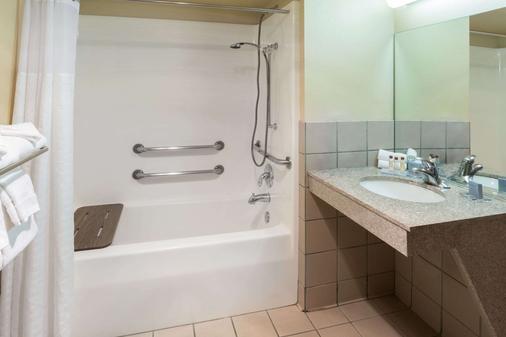 Hawthorn Suites by Wyndham Napa Valley - Napa - Bagno