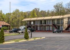 Econo Lodge Inn & Suites near Split Rock and Harmony Lake - White Haven - Edificio