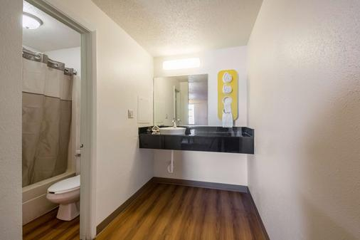 Motel 6 Indianapolis In - S. Harding St. - Indianapolis - Bathroom