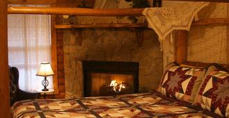 Crystal Cove Bed And Breakfast - Branson - Bedroom