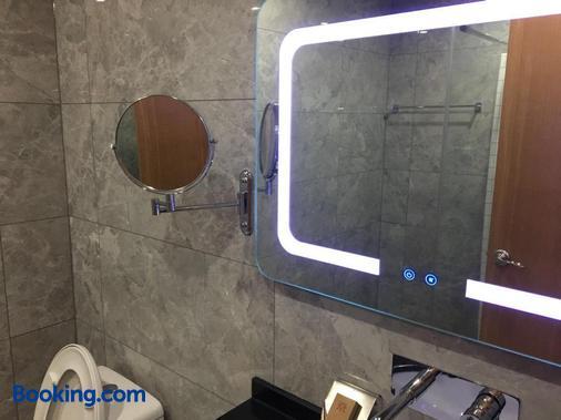 Beijing Downtown Travelotel - Beijing - Bathroom