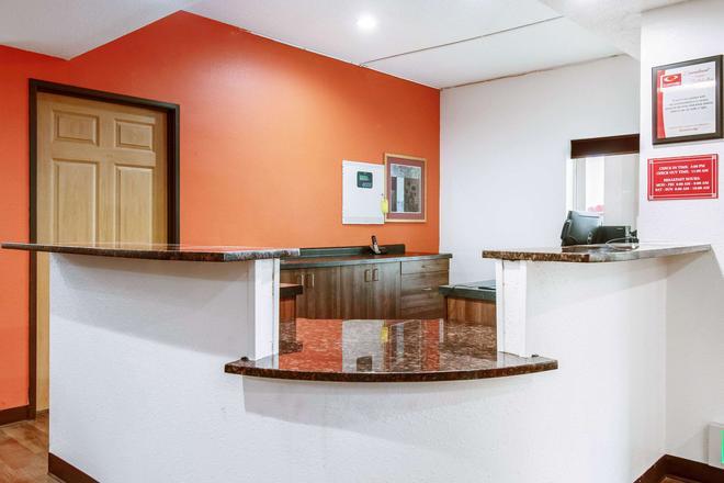 Econo Lodge - Franklin - Front desk