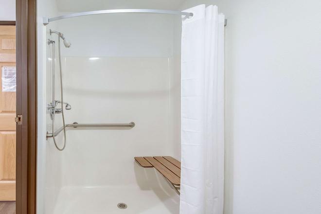 Econo Lodge - Franklin - Bathroom