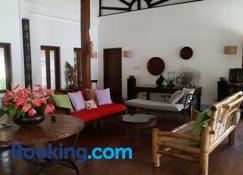 Dapitan Beach Villa - Dapitan - Wohnzimmer