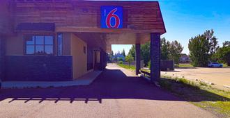 Motel 6 Brooks. Ab - Brooks - Building