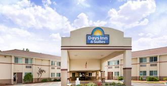 Days Inn & Suites by Wyndham Bridgeport - Clarksburg - Bridgeport